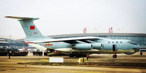 空军8架大型运输机抵达武汉运送医疗队和医疗物资