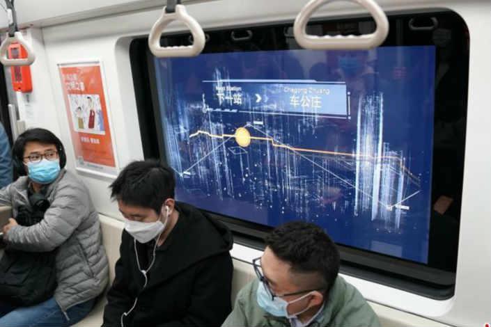 """北京:新科技 """"车窗屏""""亮相地铁6号线"""